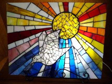 Mosaïque vitrail en verre américain : Colombe de la paix Dimensions : 49/38 cm Cadre bois couleur Bordeaux Prix : 380 euros